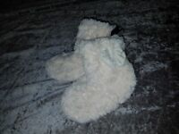 GIRLS FLUFFY SLIPPER BOOTS VERY SOFT AND BOW ON THE SIDE BRAND NEW UK 10/11