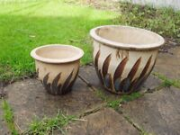 2 plant pots in good condition