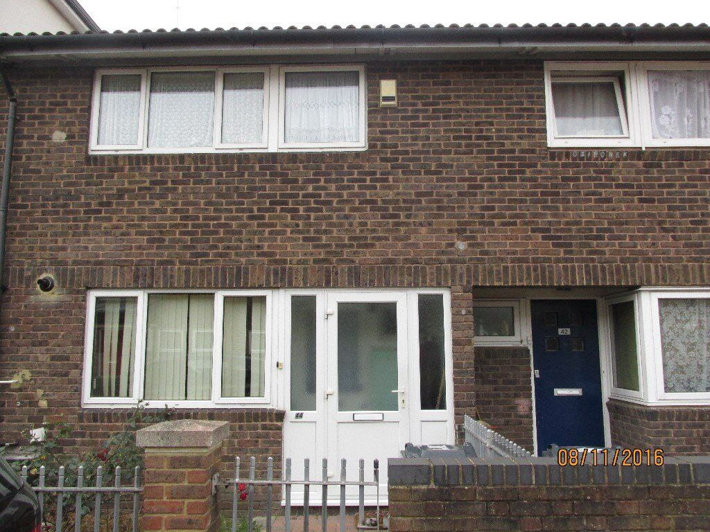 Spacious Double Room in clean shared House close to Station.