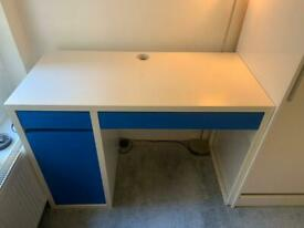 Desk for sale (75x105x50 - HxWxD) - offering much storage space