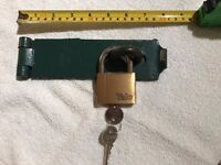 HEAVY DUTY SHED LOCK WITH YALE PADLOCK - used