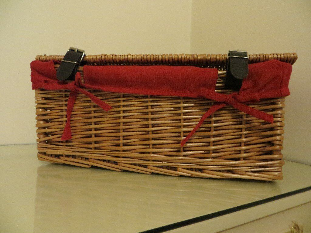 EMPTY GOOD QUALITY WICKER GIFT HAMPER BASKET. WITH LINING INSIDE. IN EXCELLENT CONDITION