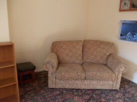 Good Quality 3 piece suite, 2 seater settee