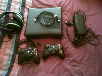 XBOX 360S (320 GB) TWO CONTROLLERS AND GAMES