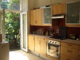 Quiet and bright 2 bedroom main door flat in Montgomery Street