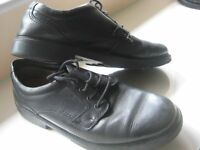 CLARKS BLACK LEATHER SHOES - SIZE 10 - (Kirkby in Ashfield)