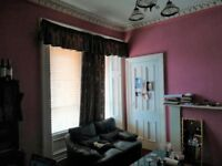 Bright room available in mid-June. 10 mins walking to City Center and Glasgow Uni.