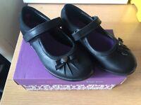 BNIB Girls Size 10 G Clark's clarks school Velcro shoes black