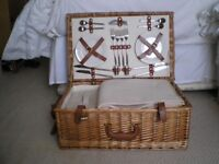 PICNIC HAMPER IN WICKER BASKET - 4 PLACE SETTINGS, UNUSED CONDITION
