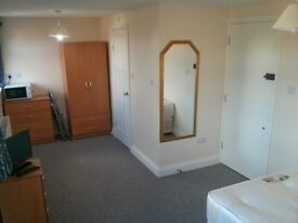 Double room private ensuite West London East Acton W3 Zone 2 Westfield £680 per month all bills incl