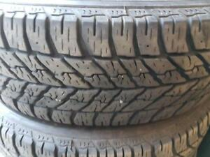 4 pneus d'hiver 215/65/17 Goodyear Ultra Grip Winter. 30% d'usure, mesure 8-9/32.