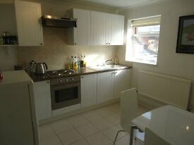 Stunning 1 bedroomed 1st floor modern 1 bedroomed apartment. There is a bright lounge with wood