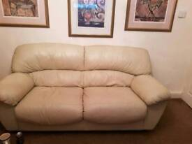 Cream leather settee & 2 chairs.