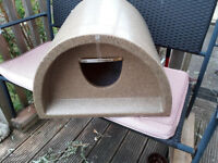 STURDY OUTDOOR PET HOUSE KENNEL IGLOO EX COND SMALL DOG, CAT, RABBIT, FLAP & COSY FLEECE LINING INC