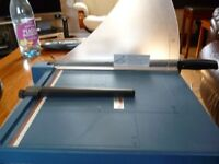 Guillotine - Blade type. Ideal for paper/card/photo paper