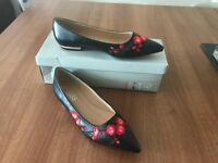 Embroidered pointy shoes, size 5