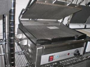 PRESSE A PANINI - GRILLE A PANINI * NOT A USED DEMO THAT'S BEEN REPAIRED * PAS UN DEMO USAGEE QUI A ETAIT REPARER *