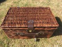 Dark brown 4-person picnic hamper