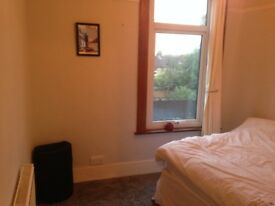 Double room in a newly refurbished and decorated flat in E18 (South Woodford)