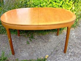 LOVELY SOLID LIGHT WOOD OVAL EXTENDING DINING TABLE £30 ono