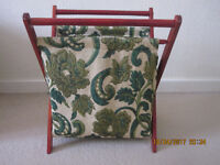 LOVELY TAPESTRY KNITTING BAG ON WOOD FRAME, in excellent condition. £ 6
