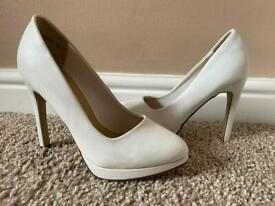 New look size 2 white heels