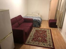 Studio flat to let in East Acton