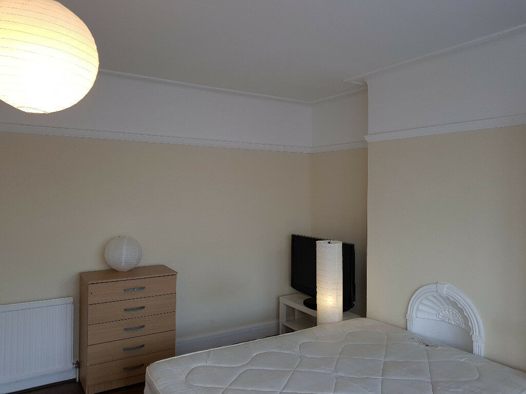 King size master bedroom to rent for a working person in a house in Ilford/Barking IG3 9EQ