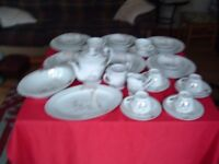6 PLACE SETTING DINNER / TEA SERVICE PLUS SERVING DISHES