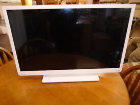 WHITE 32 INCH TOSHIBA LED BUILT IN TV/DVD WITH BOX VERY GOOD CONDITION