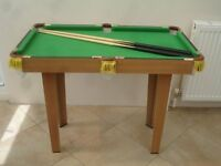 POOL TABLE IN VERY GOOD CONDITION WITH TWO WOODEN CUES. 92cm x 52cm x 72cm.