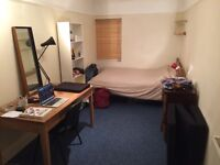 Spacious room in student flat (Students only)
