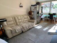 2 bedroom flat in Selkirk House, London, N1 (2 bed) (#1120266)