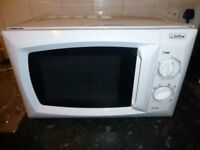 Microwave oven in White 700w So Clean its like NEW