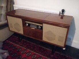 Gorgeous vintage bush radiogram unstested but lools very good condition.