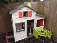 Outside play house in very good condition. No fading.