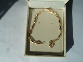 New unused Bracci Ladies 9ct yellow gold Bar and Oval Link Chain Bracelet.