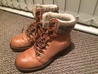 Comfy boots in tan colour with laces