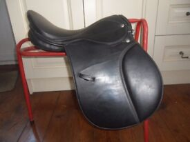 "SADDLE 16.5"" GALLOP GP BLACK WIDE FIT"