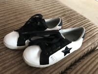 Black and white girls trainers (10)