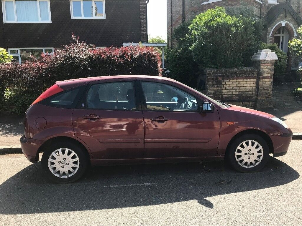 Red Ford Focus Ghia 2002