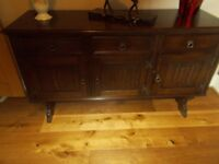 A SELECTION OF JAYCEE OLD CHARM OAK FURNITURE INCLUDING A SIDEBOARD, TV UNIT AND 4 LAMP/SIDE TABLES