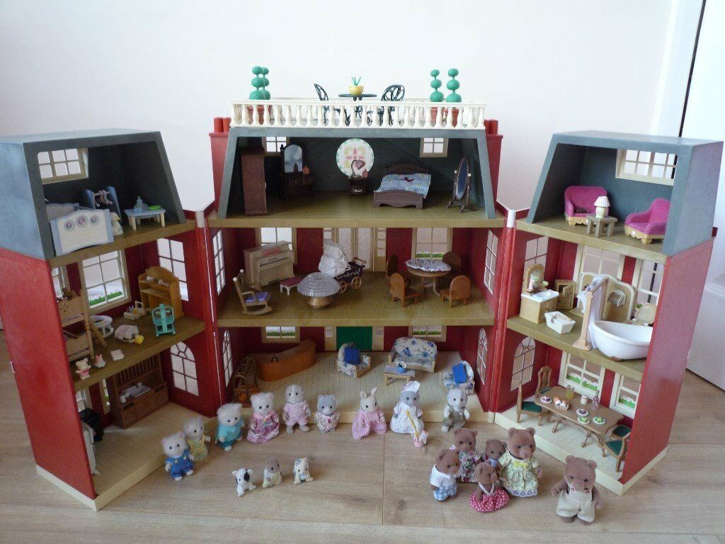SYLVANIAN FAMILY HOTEL FULLY FURNISHED COMPLETE WITH ALL FIGURES SHOWN