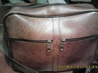 Sturdy leather flight bag with outside zipped pockets