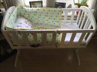 Swinging crib white