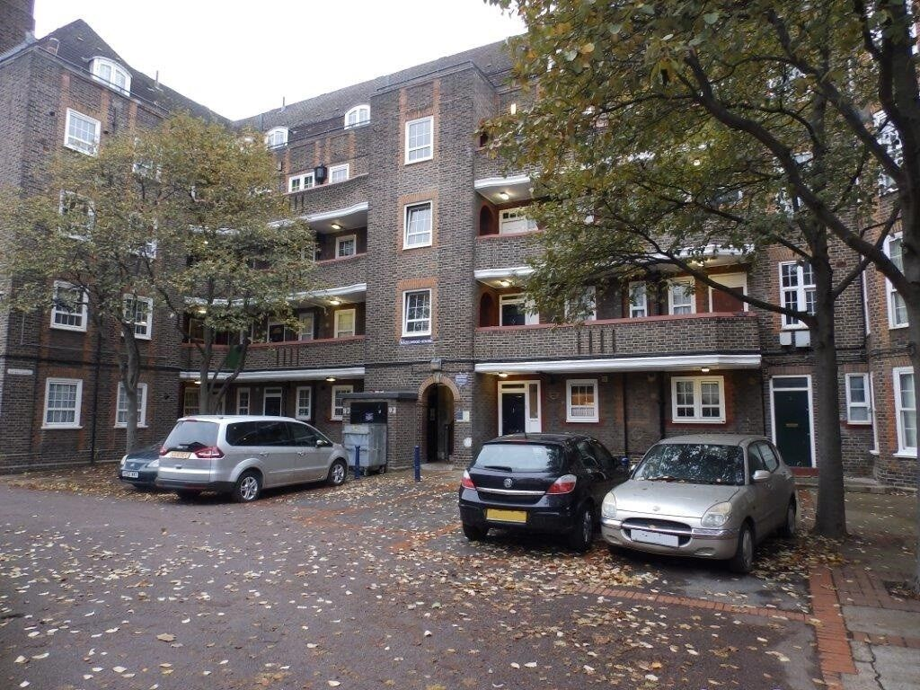 Oppida Estates present to market this recently redecorated spacious 1 bedroom property.