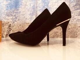 Black court shoes size 4