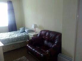 FULLY FURNISHED DOUBLE ROOM, CENTRAL WSM, KITCHEN, SHOWER ROOM, SAFE & SECURE £100 PER WEEK ALL INC.