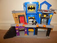 IMAGINEXT BATMAN GOTHAM CITY PLAYSET WITH FIGURE