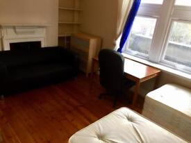 Perfect twin room for two friends available now on Old Kent Road Near Elephant Castle Borough